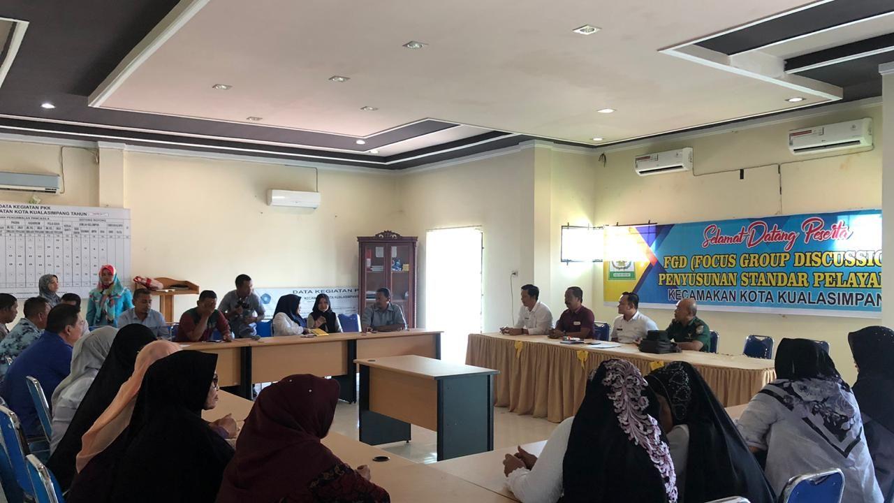 Dalam Rangka Upaya Meningkatkan Kualitas Pelayanan, Camat Kota Kualasimpang melaksanakan Forum Group Discussion (FGD)